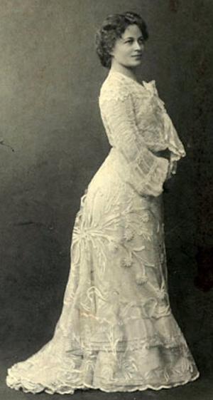 Black and white studio photograph of Dagmar Hagelberg-Raekallio standing, facing right